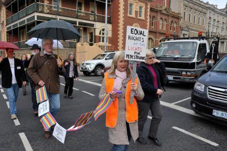 Pedestrians Cross Murray St